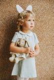 Portrait des oreilles de port de lapin de fille adorable d'enfant en bas âge image stock