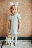 Portrait des oreilles de port de lapin de fille adorable d'enfant en bas âge image libre de droits