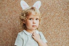 Portrait des oreilles de port de lapin de fille adorable d'enfant en bas âge photos libres de droits