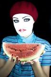 Portrait des Pantomimen mit einem Wassermelonestück Stockbild