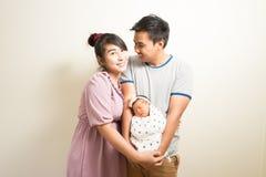 Portrait des parents asiatiques et de six mois de bébé à la maison Photographie stock libre de droits