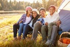 Portrait des parents avec des enfants campant par le lac photographie stock libre de droits