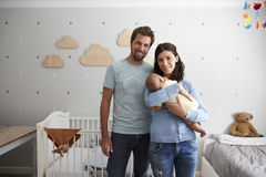 Portrait des parents avec le fils nouveau-né dans la crèche Photos libres de droits