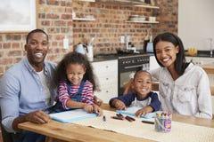 Portrait des parents et des enfants dessinant au Tableau photo stock