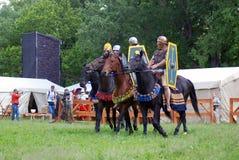 Portrait des personnes dans des costumes historiques, ils montent des chevaux Images libres de droits