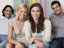 Portrait des personnes gaies sur le sofa Photographie stock libre de droits