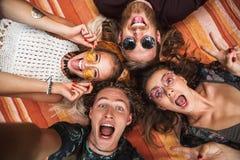 Portrait des personnes heureuses de hippies riant, et se trouvant sur la couverture photos libres de droits