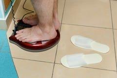 Portrait des pieds masculins sur une échelle Photos stock