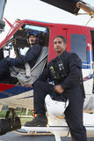 Portrait des Piloten und des Sanitäters durch Medevac stockbilder