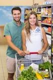 Portrait des produits de achat de sourire de couples lumineux Photos stock