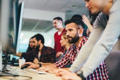 Portrait des programmeurs fonctionnant au fournisseur de logiciel de développement Photos libres de droits