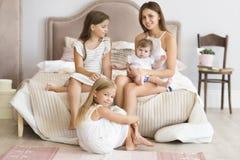 Portrait des quatre soeurs Concept d'amour et de bonheur Photographie stock