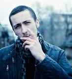 Portrait des Rauchens des stattlichen jungen Mannes Lizenzfreie Stockfotografie