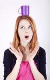 Portrait des red-haired Mädchens mit Cup. lizenzfreies stockbild