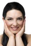 Portrait des reizenden Frauenlächelns Stockfotos