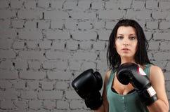 Portrait des reizvollen Boxermädchens mit Handschuhen auf Händen Stockfoto