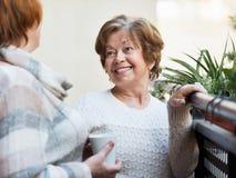 Portrait des retraités féminins buvant le thé et le sourire Image libre de droits