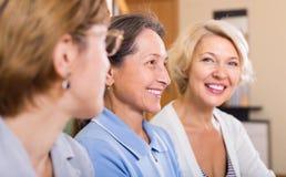 Portrait des retraités féminins d'intérieur Photo libre de droits