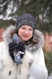Portrait des russischen Mädchens mit Taube Lizenzfreie Stockbilder