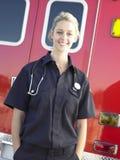 Portrait des Sanitäters vor Krankenwagen stockbilder