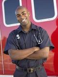 Portrait des Sanitäters vor Krankenwagen Stockbild