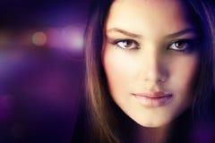 Portrait des schönen Art- und Weisemädchens Lizenzfreies Stockbild