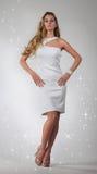 Portrait des schönen blonden Mädchens im Weiß Stockfotografie