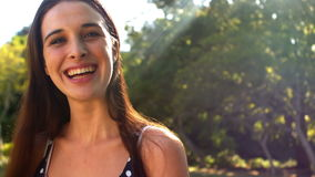 Portrait des schönen Frauenlächelns stock footage