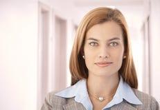 Portrait des schönen Geschäftsfraulächelns Lizenzfreie Stockfotos