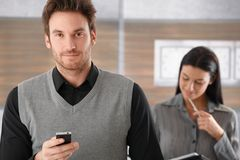 Portrait des schönen Geschäftsmannes mit Mobile Stockbilder