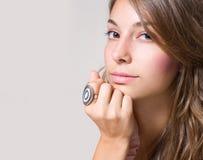 Portrait des schönen jungen Brunettemädchens. Stockfoto