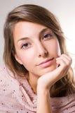 Portrait des schönen jungen Brunettemädchens. Stockfotografie