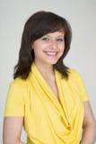 Portrait des schönen jungen Mädchens im Gelb Stockfoto