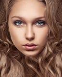 Portrait des schönen jungen Mädchens mit dem braunen Haar lizenzfreie stockfotografie