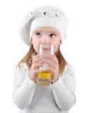 Portrait des schönen kleinen Mädchens, das einen Saft trinkt Lizenzfreie Stockfotografie