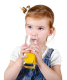 Portrait des schönen kleinen Mädchens, das einen Saft trinkt Stockfoto