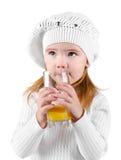 Portrait des schönen kleinen Mädchens, das einen Saft trinkt Lizenzfreies Stockfoto