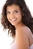 Portrait des schönen Lächelns der jungen Frau Stockfoto