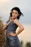 Portrait des schönen Mädchens auf einem Gebiet stockfotos
