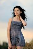 Portrait des schönen Mädchens auf einem Gebiet lizenzfreie stockbilder