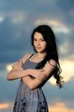 Portrait des schönen Mädchens auf einem Gebiet stockfoto