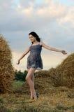 Portrait des schönen Mädchens auf einem Gebiet lizenzfreie stockfotografie