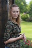 Portrait des schönen Mädchens im Park Stockbilder