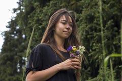 Portrait des schönen Mädchens mit Blumen Stockbild
