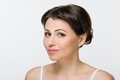 Portrait des schönen Mädchens mit dem braunen Haar Grüne Augen lächeln Lizenzfreie Stockfotos