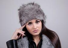 Portrait des schönen Mädchens mit dem Winterhut an Stockfotos