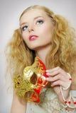 Portrait des schönen Mädchens mit Karnevalsschablone stockfotos