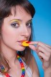 Portrait des schönen Mädchens mit Süßigkeiten lizenzfreie stockfotografie