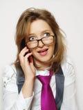 Portrait des schönen Mädchens mit Telefon stockfotografie