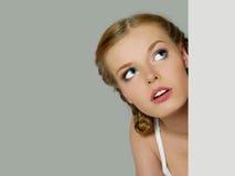 Portrait des schönen Mädchens mit weißem Vorstand stockfoto